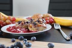 Queques do café da manhã do mirtilo com molho foto de stock royalty free