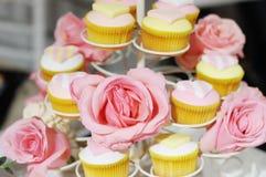Queques do casamento, foco na flor Fotografia de Stock