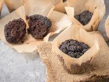 Queques do chocolate com close-up das beterrabas fotografia de stock royalty free