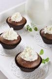 Queques do chocolate com creme chicoteado Fotografia de Stock