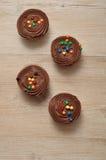 Queques do chocolate com geada do chocolate Imagens de Stock Royalty Free