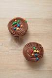 Queques do chocolate com geada do chocolate Imagens de Stock