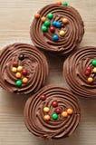 Queques do chocolate com geada do chocolate Imagem de Stock Royalty Free