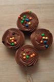 Queques do chocolate com geada do chocolate Fotos de Stock Royalty Free