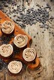 Queques do chocolate decorados com crosta de gelo tranquila cor-de-rosa do fim acima imagens de stock royalty free