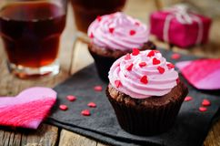 Queques do chocolate dos pedaços de chocolate para o dia do ` s do Valentim foto de stock royalty free
