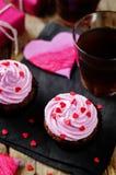 Queques do chocolate dos pedaços de chocolate para o dia do ` s do Valentim imagem de stock royalty free