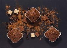 Queques do chocolate em uma superfície cinzenta com pó de cacau Vista de acima fotografia de stock royalty free