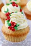 Queques do copo de água decorados com as rosas vermelhas do sugarcraft Fotografia de Stock Royalty Free