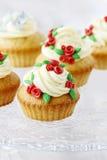 Queques do copo de água decorados com as rosas vermelhas do sugarcraft Fotos de Stock