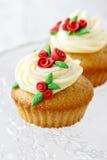 Queques do copo de água decorados com as rosas vermelhas do sugarcraft Imagem de Stock Royalty Free