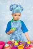 Queques do cozimento do rapaz pequeno Imagens de Stock