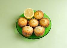 Queques do limão ajustados na placa Fotos de Stock