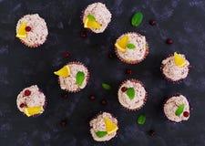Queques do limão com creme da cereja Arando, folhas de hortelã Alimento em um fundo escuro Vista superior Fotos de Stock
