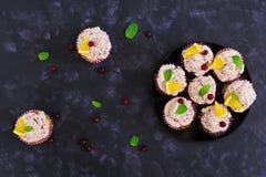 Queques do limão com creme da cereja Arando, folhas de hortelã Alimento em um fundo escuro Vista superior Imagem de Stock Royalty Free