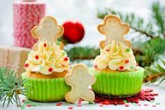 Queques do Natal decorados com creme, confetes do açúcar e ging Fotografia de Stock