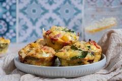 Queques do ovo com presunto, queijo e vegetais fotografia de stock royalty free