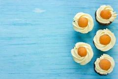 Queques do ovo da páscoa - queques do chocolate com geada do queijo creme Foto de Stock Royalty Free