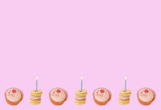 Queques e biscoitos do aniversário Fotos de Stock