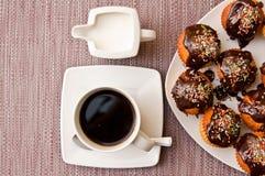 Queques e café Imagens de Stock