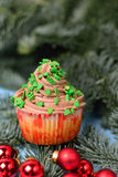 Queques em um abeto com bolas do Natal Fotos de Stock Royalty Free