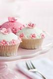 Queques em um cakestand Imagens de Stock Royalty Free