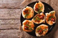 Queques enchidos com salsicha e queijo em uma placa t horizontal Fotografia de Stock Royalty Free