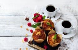 Queques frescos com framboesa em uma tabela rústica para o café da manhã Imagens de Stock