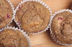 Queques inteiros saudáveis do Rhubarb do trigo Imagens de Stock Royalty Free