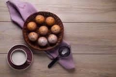 Queques na placa de vime no guardanapo lilás de linho e no copo do leite Vista de acima fotos de stock royalty free