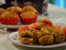 Queques, pêssegos & bolos do cressenti Imagens de Stock
