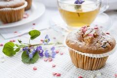 Queques saborosos com corações do açúcar e copo do chá verde Fotografia de Stock Royalty Free