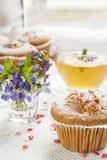 Queques saborosos com corações do açúcar e copo do chá verde Fotos de Stock