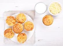 Queques saborosos do queijo e do bacon na tabela branca fotos de stock royalty free