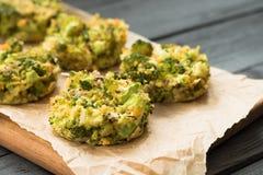 Queques saborosos quentes com brócolis para o jantar Cozinhando o conceito Fotos de Stock Royalty Free