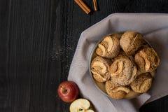 Queques saudáveis da aveia do vegetariano com a bandeja do vintage da maçã Vista superior Copie o espaço imagem de stock