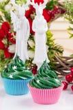 Queques verdes do Natal com decorações Foto de Stock