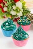 Queques verdes do Natal com decorações Imagem de Stock Royalty Free