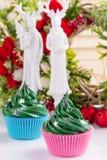 Queques verdes do Natal com decorações Fotos de Stock Royalty Free