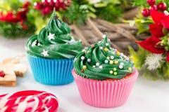 Queques verdes do Natal com decorações festivas Imagem de Stock Royalty Free