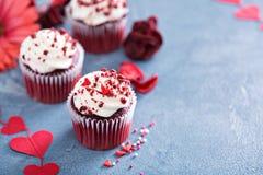 Queques vermelhos de veludo para o dia de Valentim fotografia de stock