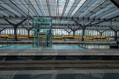 Queransicht über alle Plattformen in Rotterdam-Hauptbahnhof lizenzfreie stockbilder