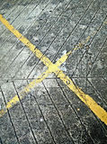 Quere gelbe Linien auf der Straße Stockbilder