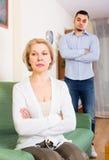 Querelle de fils adulte et de mère supérieure Photo stock