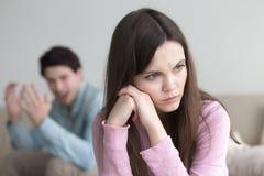 Querelle entre l'homme et la femme Type criant, allumage frustrant de fille Images stock