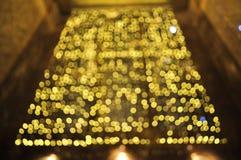 Querendo saber luzes amarelas e douradas foto de stock