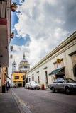 Queretaro - le Mexique - mars -2017 : Rue coloniale du centre ville de la ville photographie stock libre de droits