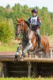 Querfeldein, Reiter, der in Wassertropfen springt stockbild