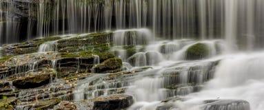 Querformatpanorama des Wasserfalls Lizenzfreies Stockfoto