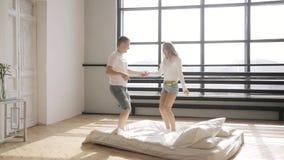 Querido están saltando en la cama que lleva a cabo las manos en su nuevo plano Concepto de la relación metrajes